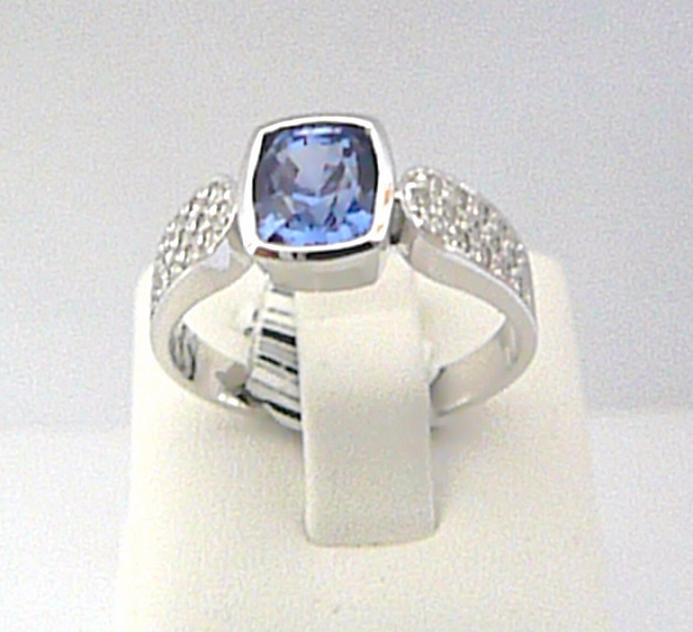 Luxusní prsten z bílého zlata osazený vzácným modrým safírem - vel. 56/4,24gr