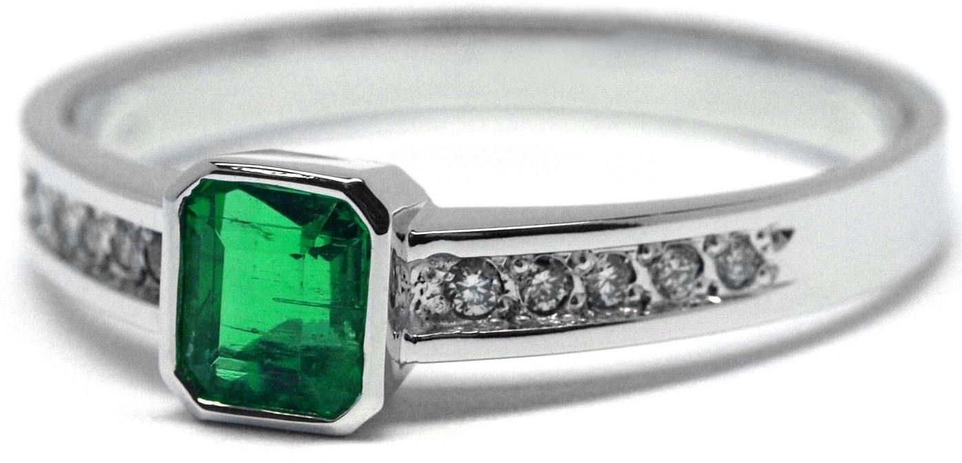Ručně vyrobený prsten z bílého zlata se smaragdem a diamanty J-29957-18