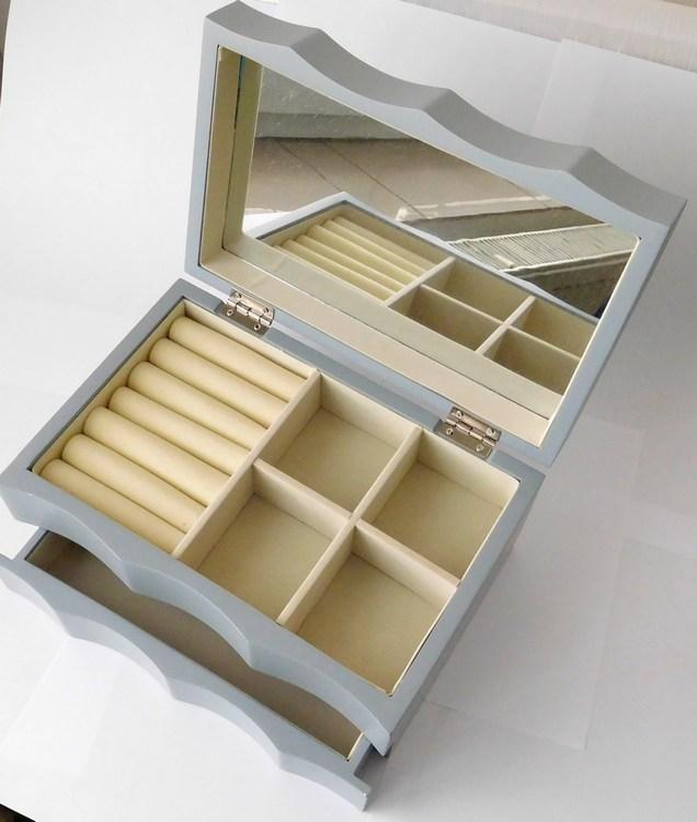 Dřevěná šedá dvoupatrová lakovaná šperkovnice s proskleným víkem TW30/100002153