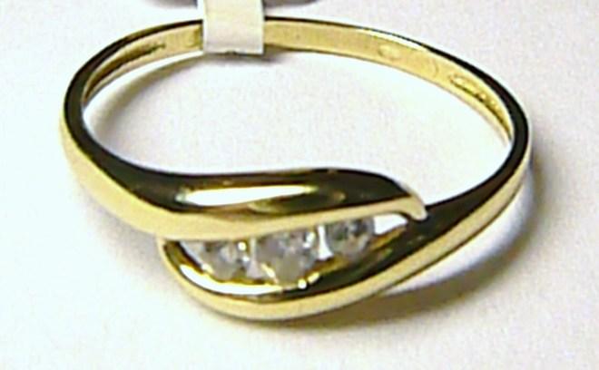 Mohutný velký zlatý prsten se 3 ks zirkonů vel. 60/1,57 gr P056
