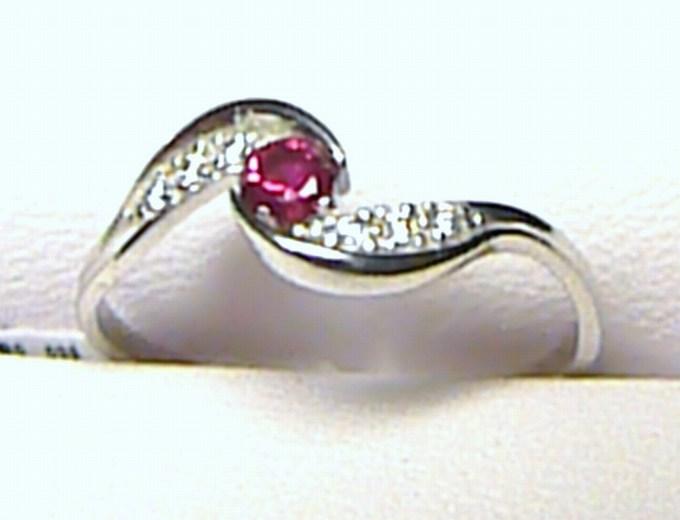 Zásnubní zlatý prstýnek z bílého zlata s červeným rubínem vel. 55/1,45 gr S045