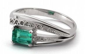 Zlatý prsten se zeleným přírodním smaragdem a diamanty 585/3,68 gr J-20219-11