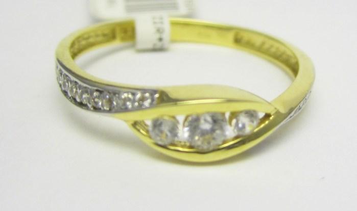 Luxusní zlatý prsten se zirkony 585/1,33 gr vel. 51 P721