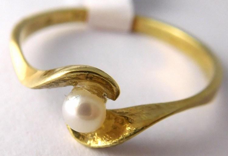 Zásnubní zlatý prstýnek s bílou kultivovanou perlou 585/1,65gr vel.56 Z171