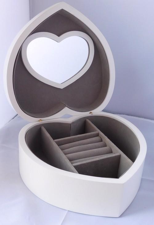Bílá dřevěná šperkovnice ve tvaru srdce 23224/95998