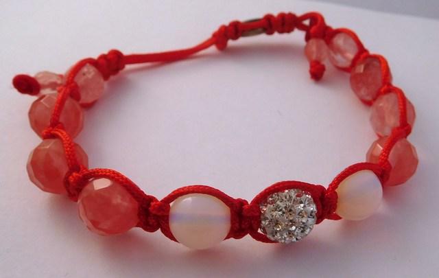Náramek s pravými drahými kameny v dárkovém balení (cherry, měsíční kámen)