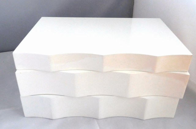 Vlnkovaná dvoupatrová bílá dřevěná šperkovnice 81146